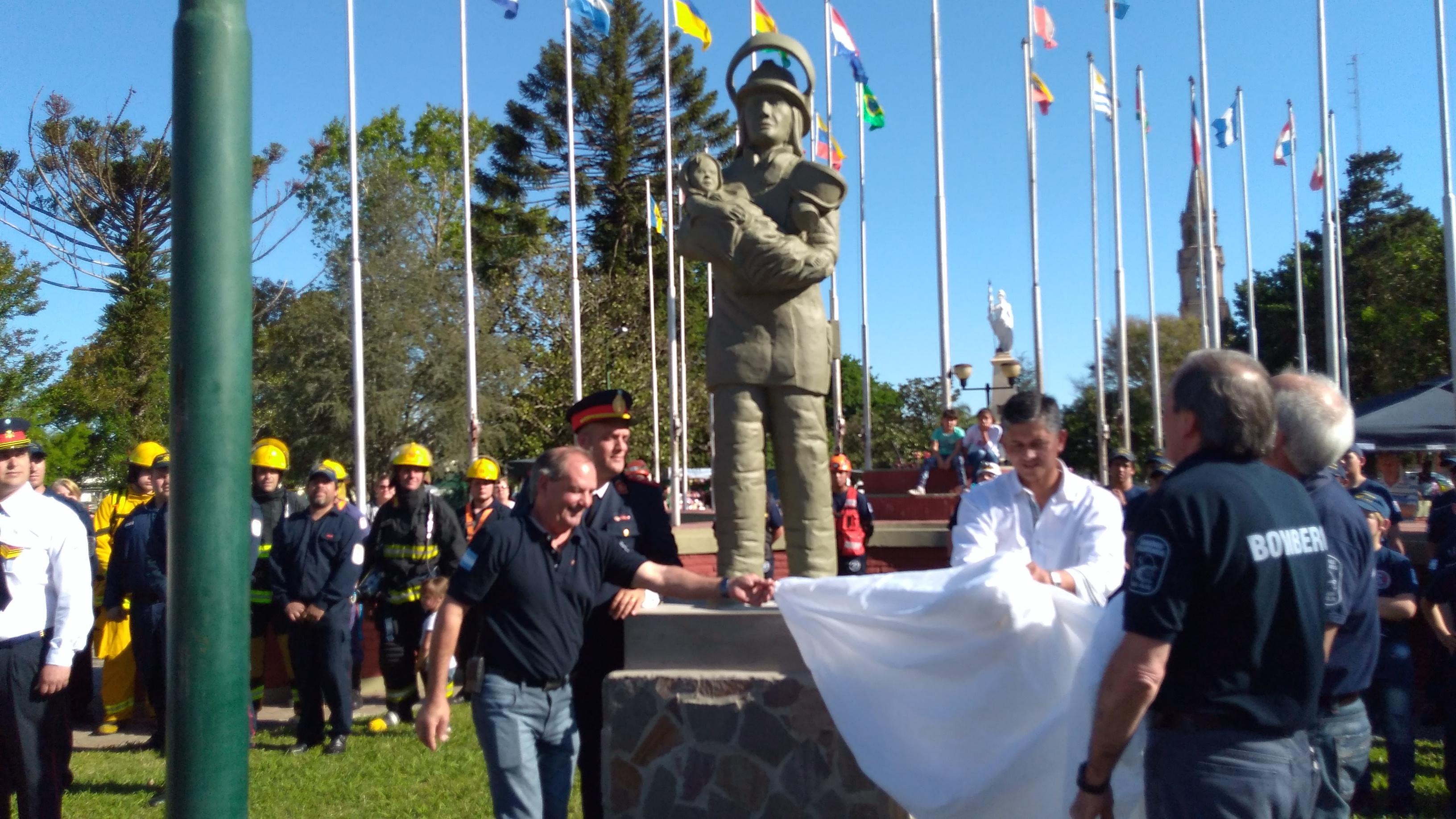 Bomberos Pilar con Monumento y Gratas Novedades